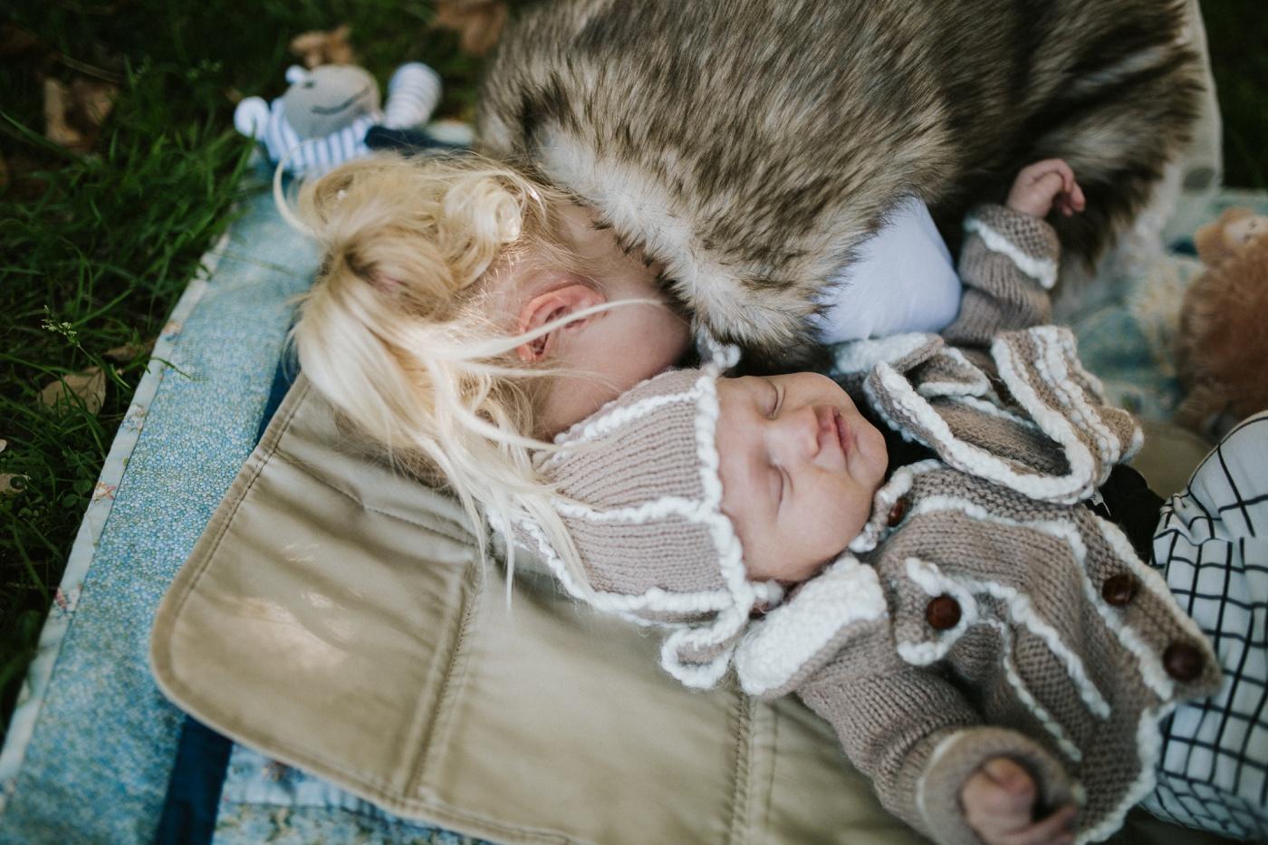 Blake-Lily-Rolig-Lekfull-Familjesession-Familjefotograf-Stockholm-Orebro_08