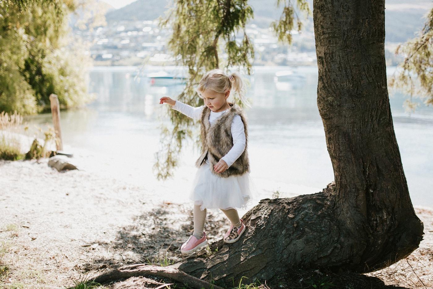Blake-Lily-Rolig-Lekfull-Familjesession-Familjefotograf-Stockholm-Orebro_12