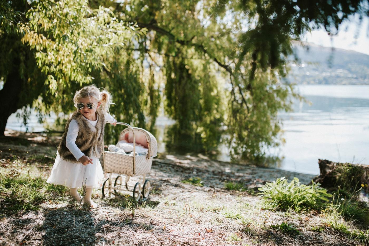 Blake-Lily-Rolig-Lekfull-Familjesession-Familjefotograf-Stockholm-Orebro_15