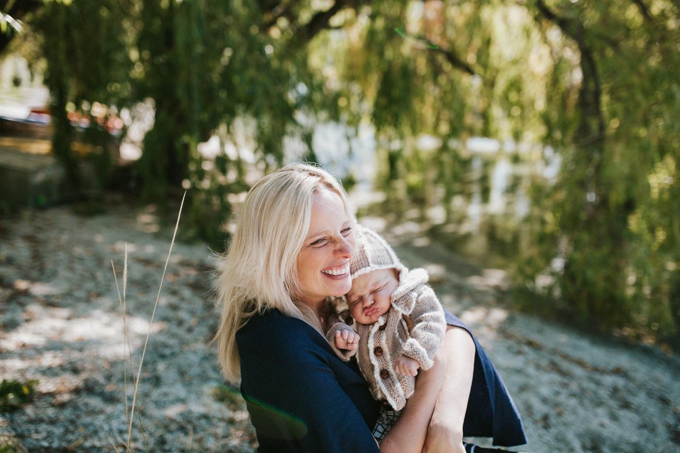 Blake-Lily-Rolig-Lekfull-Familjesession-Familjefotograf-Stockholm-Orebro_17