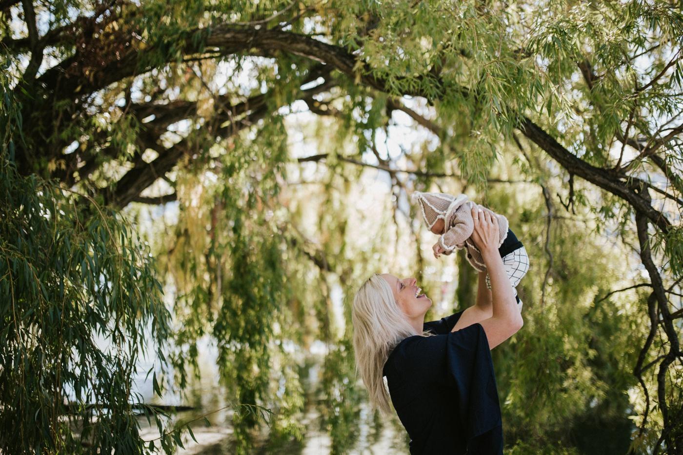 Blake-Lily-Rolig-Lekfull-Familjesession-Familjefotograf-Stockholm-Orebro_19