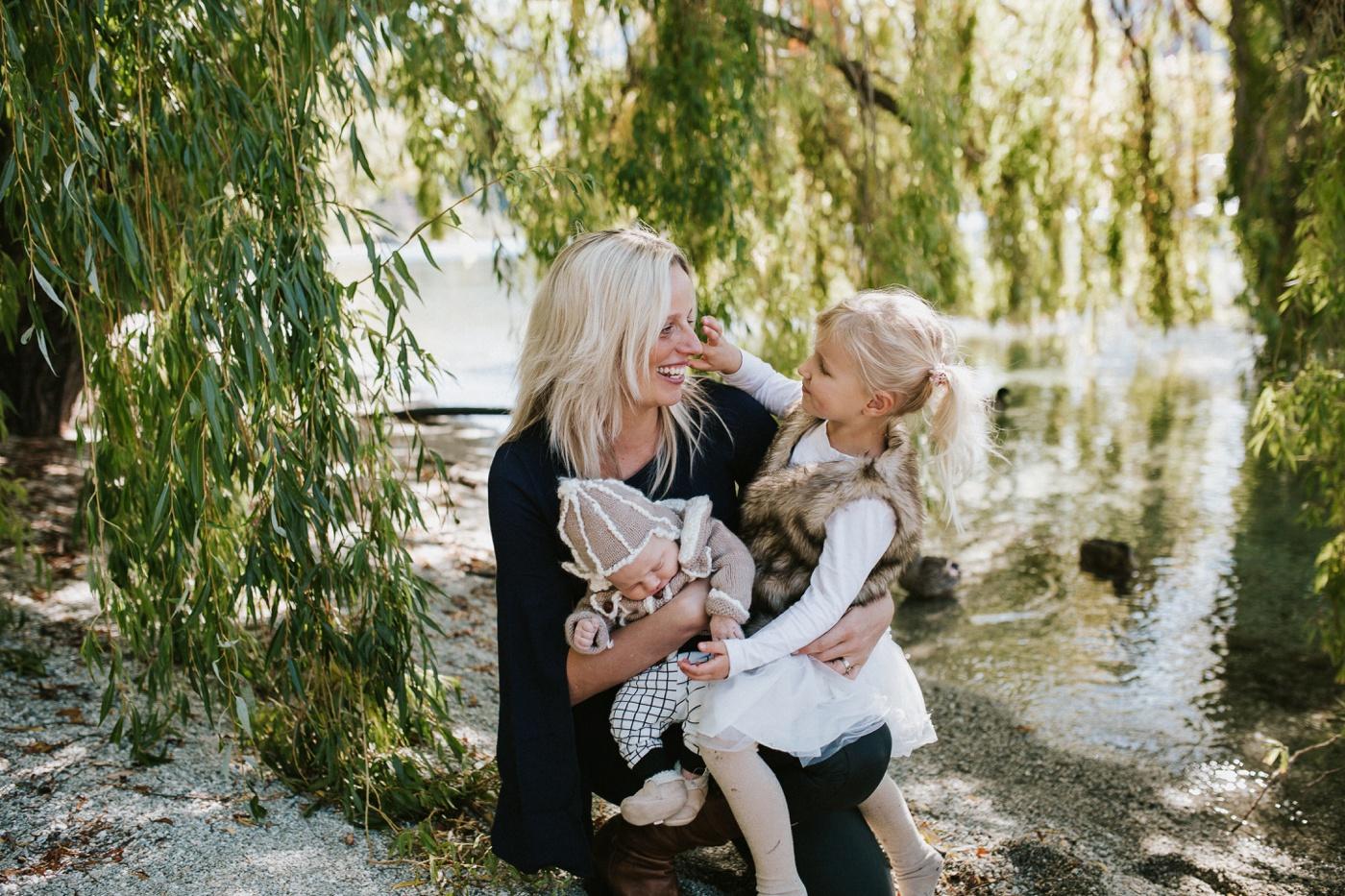 Blake-Lily-Rolig-Lekfull-Familjesession-Familjefotograf-Stockholm-Orebro_21