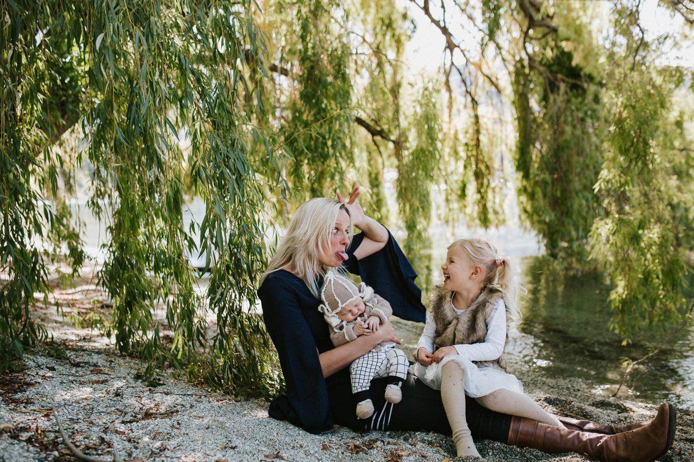 Blake-Lily-Rolig-Lekfull-Familjesession-Familjefotograf-Stockholm-Orebro_22