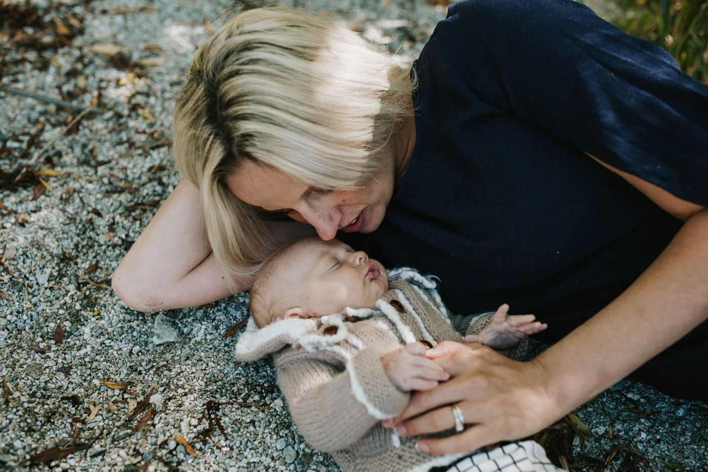 Blake-Lily-Rolig-Lekfull-Familjesession-Familjefotograf-Stockholm-Orebro_23