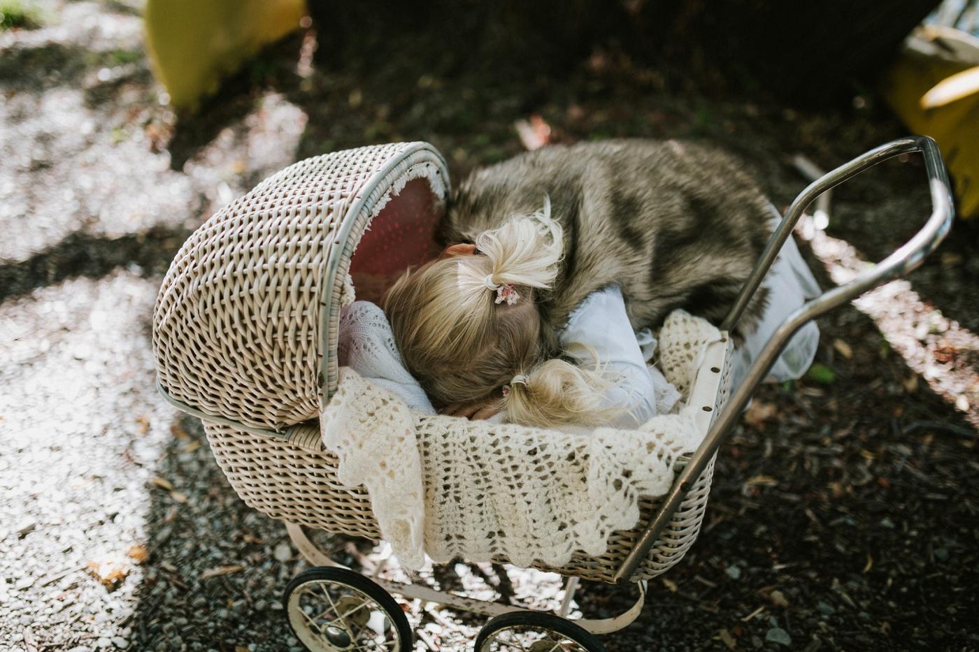 Blake-Lily-Rolig-Lekfull-Familjesession-Familjefotograf-Stockholm-Orebro_32